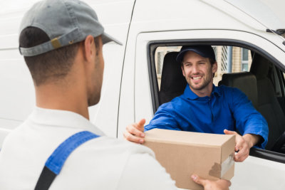 delivery man give the order to the customer